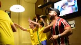 Аргентина : MOSCOW, RUSSIA - 30 JUNY 2018: Argentina and Brazil fans singing in the bar by viewing match FIFA 2018