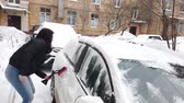 süpürge : Young Woman Cleaning Car from Snow and Ice Stok Video