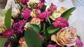 desvanecer : Wilted drooping bouquet of flowers in a vase at home Stock Footage