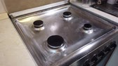 gąbka : Cleaning the stove in the home kitchen. Housekeeping concept. Hand with sponge washing the stove, close up Wideo