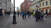 сувениры : 19 OCTOBER 2019, ARBAT STREET, MOSCOW, RUSSIA: Tourists walking on the old Arbat street in Moscow, Russia