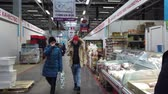 corredor : MOSCOW, RUSSIA - 23 NOVEMBER 2019: People inside food market. People walk around the food market in search of finding suitable products. Vídeos