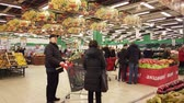 買い物客 : MOSCOW, RUSSIA - DECEMBER 15, 2019: People in the supermarket in search of products for the new year 動画素材