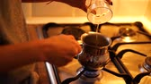 fornuis : Process of making coffee at home Stockvideo