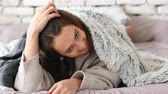 erstaunt : Playful young woman hiding under blanket and have fun in bed at home