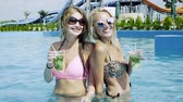 não alcoólica : Two sexy girls in sunglasses with mojito having fun in the blue pool