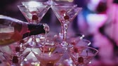 sacudidor : Bartender pouring cocktail in glasses Stock Footage
