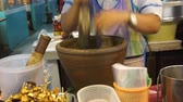 шалот : Making Thai chilli fresh paste in a mortar with pestle