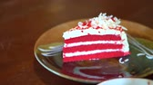 bolo : video of red velvet cake serving in plate on wood table. Bakery sweet party time