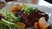 molho de carne : Short Ribs barbecue salad with fries 4k