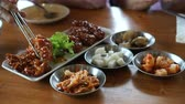 sarımsak : Eating Korean spicy sauce fried chicken with side dishes 4k Stok Video