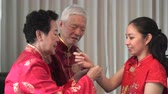 família : Chinese Parents Give Gold To Daugther In Law At Lunar New Year