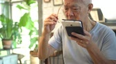 nórdico : Asian elderly with bad eyesight can not see when using tablet
