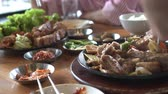grelhado : Korean cuisine restaurant service scissors cutting pork ribs