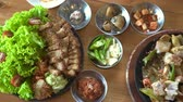 grelhado : Traditional Korean cuisine top view eating pork belly Stock Footage