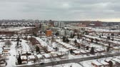 estacionamento : Aerial drone view of roads and houses winter landscape. Winter city streets from a bird eye view. Top perspective of snow covered buildings. Roads, lawns, cars and trees covered with snow from above.