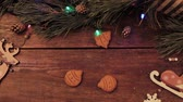 canela : DIY gingerbread man cookies on wooden backdrop. Flashing lights on the background of a Christmas tree. Celebrating the New Year, winter holiday advertising, homemade cakes, festive culinary concept
