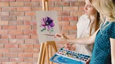 gölgeleme : Fine arts education. Painter explaining colors and shading on a flower drawing
