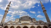 быстро : Turkey. Istanbul. Majestic Blue Mosque second name Sultanahmet Camii. Clouds quickly run across the blue sky. Time lapse