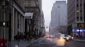 уличный свет : USA. Evening on the streets of New York City. Steam rises off the pavement. Car ride with the lights on. Pedestrians walk on the sidewalk. Slow motion