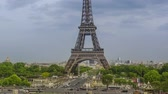 пейзаж : France Paris Summer evening. Overcast over the Eiffel Tower. Car and human traffic on the Jena bridge. Time lapse