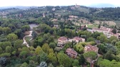 típico : Aerial flight over Italy typical Tuscany landscape flying over luxury home with swimming pool in Tuscany hills background showing a traditionally popular tourist destination in Italy 4k quality