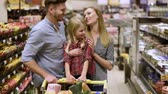 variação : Happy family doing shopping in grocery