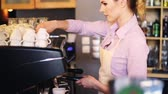 avental : Barista making a delicious coffee
