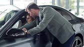 decisão : Salesman selling car to woman