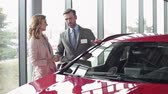 inclinar : Salesman talking about cars details