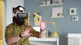 informace : Man trialling a 3D glasses at his office Dostupné videozáznamy
