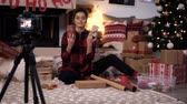 kayıtlar : Blogger teach spectators how to package christmas present Stok Video