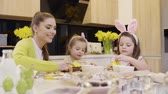 ajuda : Mother with children decorating cookie and cupcake Stock Footage