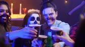 assustador : Group of friends in costumes at the halloween party Stock Footage