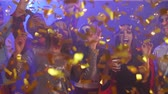 assustador : Funny people dancing among confetti at the party