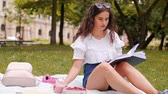 piquenique : Girl reading a book at the park