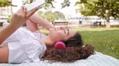 os olhos fechados : Girl listening to music outside