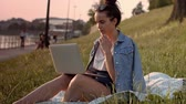 Боке : Young woman using a laptop outdoor