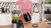 suplemento : Sportsperson preparing fruit smoothie in kitchen