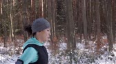 móvel : Side view of athlete running in winter
