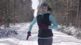 inclinar : Woman jogging in winter