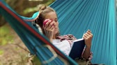 mentira : Hiker lying on the hammock and reading book Vídeos