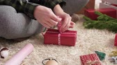 süsleme : Womans hands wrapping the christmas presents Stok Video