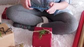 decorar : Woman wrapping the christmas presents