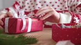 laço : Close up of womans hands wrapping the christmas gifts
