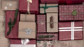 balicí papír : A lot of christmas presents on wooden background
