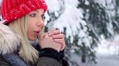 esfrega : Woman rubbing her hands in winter Stock Footage