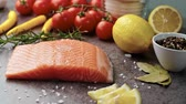 salmão : Raw salmon with fresh herbs