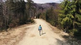 explorar : Rear view of man with backpack hiking Stock Footage