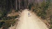 explorar : Drone view of man with backpack hiking